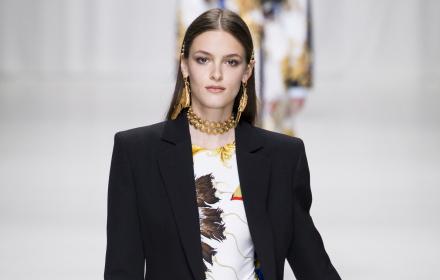 Кремена Оташлийска дефилира за Versace SS `18