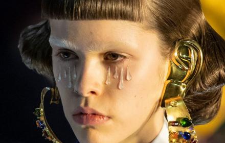 Сълзите на Gucci са, точно като всеки грим, средство да се скриеш, да изпъкнеш, да си друг...
