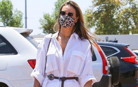 Уличният стил на звездите: дългата бяла риза с колан на Алесандра Амброзио
