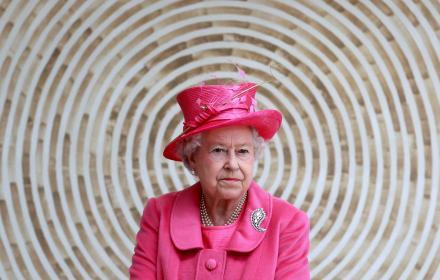 Кралицата на 95! 5-те й модни тайни, с любезното съдействие на личната й гардеробиерка