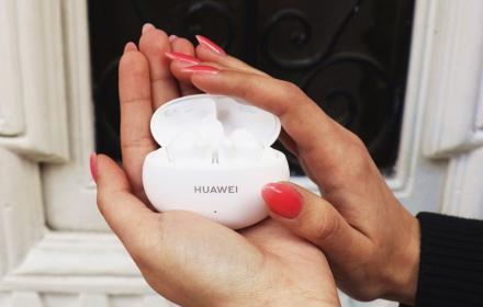 Младост, свежест, море и музика - обожаваме новите бюджетни Huawei FreeBuds 4i