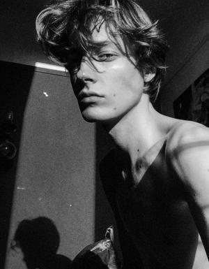 Петъчна доза секс: 24-годишният КРАСИВ креативен директор на Rochas