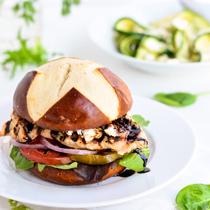 Сандвич с пилешко месо, козе сирене и балсамче