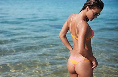 Нина на Лео ди Каприо пръска сексапил на тропически плаж (галерия)