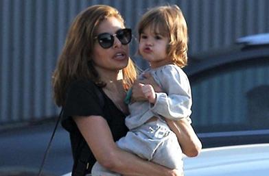На мама момичето: Ева и малката Есмералда