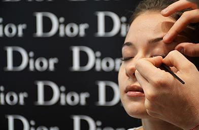 Едни лунички време: Dior гримира Деси!
