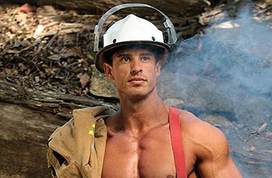Австралийски огън: Пожарникари се съблякоха за горещ календар