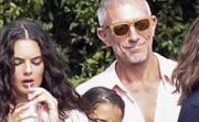 Щастливо разведени: Моника Белучи и Венсан Касел с децата в Италия