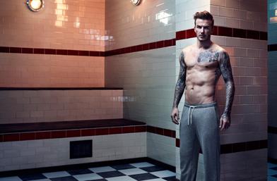 Дейвид Бекъм - полугол... в съблекалня... в новата есенна колекция Bodywear на H&M