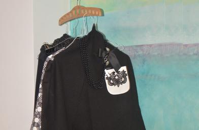 Черна рокля, бяла якичка -