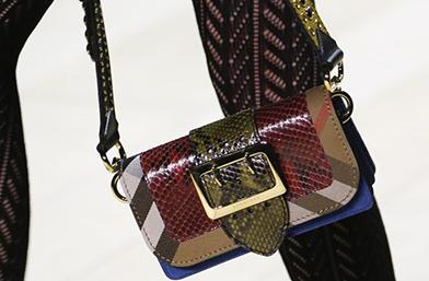 LFW: Красавици от дефилетата. Най-добрите чанти в ръцете на моделите в Лондон