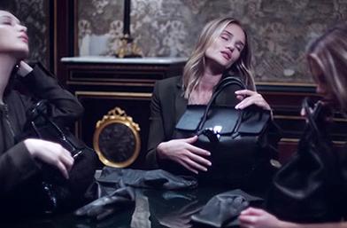 Роузи Хънтингтън-Уайтли, Бела Хадид и Стела Максуел правят любов с Versace