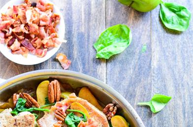 Свински пържоли с ябълки, спанак и бекон