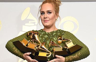 """Адел триумфира на музикалните награди """"Грами"""""""