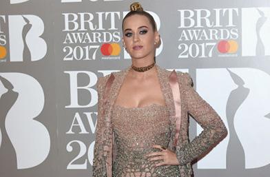 Кой какво облече на наградите BRIT
