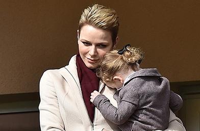 Мамина радост: Княгиня Шарлийн и принцеса Габриела на мач в Монако
