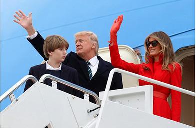 Дамата в червено: Мелания Тръмп в кърваво палто-рокля. Красиво, следва да кажем