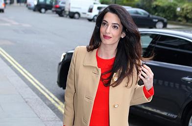 Бизнес мама: Амал Клуни показа коремче в Лондон