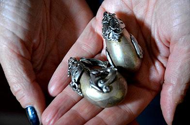Моден ексхибиционизъм: Скъпоценни камъни на кило!