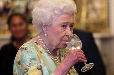 По колко коктейла на ден обръща кралица Елизабет?