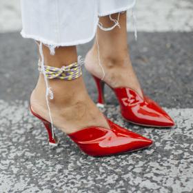 Всички носят: Червени high heels, мокасини & още нещо...