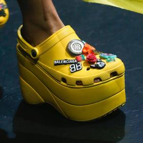 Balenciaga направи Crocs токчета и... ни харесват?