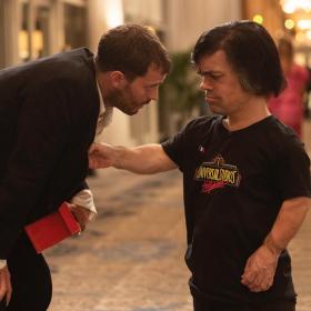 """Джейми Дорнан и Питър Динклидж в HBO драмата """"Моята вечеря с Ерве"""""""