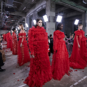 Дарк романтизъм: Гримът на вчерашното Valentino
