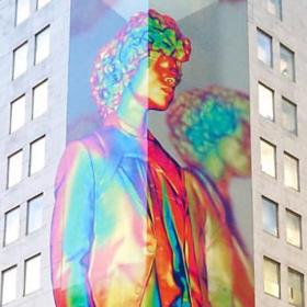 Многоцветен Гъливер краси витрините на Louis Vuitton