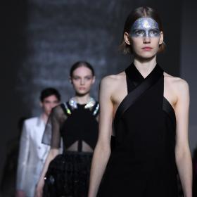 Фетишистка нотка на футуристична висша мода от Givenchy