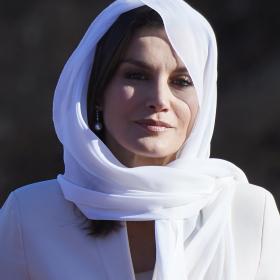 16 години по-късно: Летисия пак сложи същия бял костюм