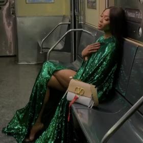 Пичоли заведе голата Наоми в метрото за новата на Valentino