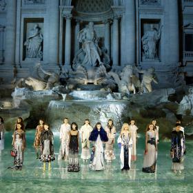 Трибют към Карл: Fendi прави грандиозно кутюр шоу в Рим