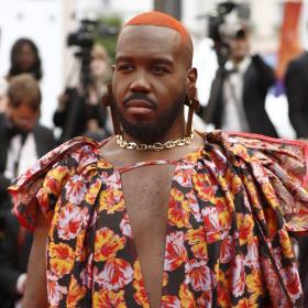 DJ-ят Kiddy Smile заявява позиция във флорална рокля и пайетен гащеризон на червения килим