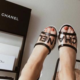 Всички носят: Прозрачните чехли на Chanel