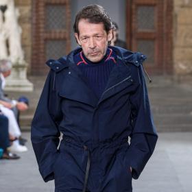 Авторът на логото на Burberry стана модел за Ferragamo