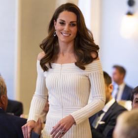 Да или Не: Бялата рокля голи рамене на Катрин?