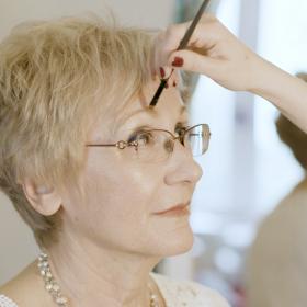 Какво кара жените да се чувстват специални: Консултация с професионален гримор?