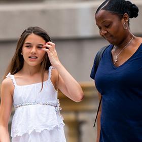 Уличният стил на звездите: Сури Круз и розовите й нокти в Ню Йорк