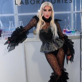 Лейди Гага стартира HAUS козметиката си, вижте колко черни тоалета смени