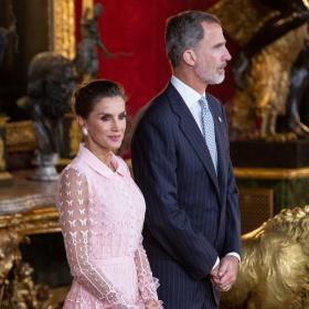 Кралица Летисия, очарователна в любимото си розово
