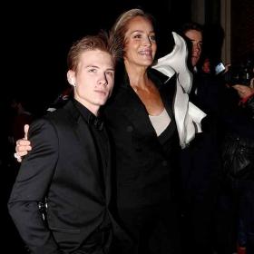 Момчето на мама Шарън, хубавият Роан