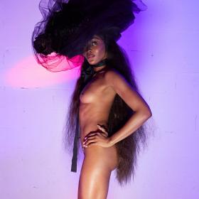 Наоми, гола-голеничка за Вивиан Уестууд