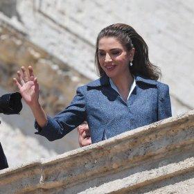 We love: ретро диадемата на Кралица Рания