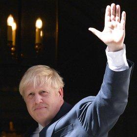 Борис Джонсън се стабилизира, диша самостоятелно