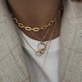 Всички носят: bold-gold jewellery