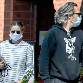 Обичта на известните: бременната Руни Мара и Хоакин на разходка