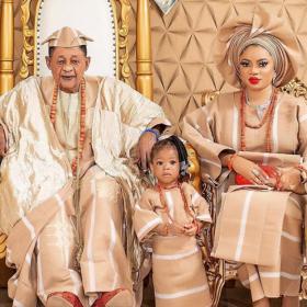 81-годишният крал на Ойо отпразнува рождения ден на 22-годишната си съпруга