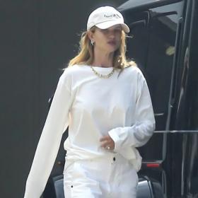 Уличният стил на звездите: Роузи Хънтингтън-Уайтли в all-white ансамбъл и Tiffany