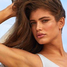 Sports Illustrated Swimsuit с първи транс модел